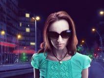 Chica joven en gafas de sol Imágenes de archivo libres de regalías