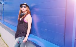 Chica joven en gafas de sol y sombrero Un adolescente en un sombrero y un glasse Imagenes de archivo