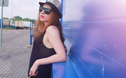 Chica joven en gafas de sol y sombrero Un adolescente en un sombrero y un glasse Foto de archivo libre de regalías