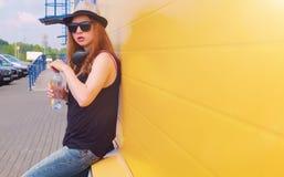Chica joven en gafas de sol y sombrero Un adolescente en un sombrero y un glasse Imagen de archivo