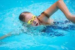 Chica joven en gafas y estilo del movimiento de arrastre de la natación del casquillo Fotos de archivo