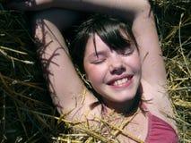 Chica joven en haystack Fotografía de archivo libre de regalías