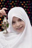 Chica joven en Hejab blanco que detiene a Ramadan Lantern