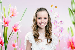 Chica joven en jardín de flor fotografía de archivo