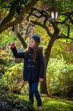 Chica joven en jardín del misterio Foto de archivo