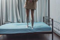 Chica joven en jugar de los pantalones foto de archivo