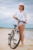 Chica joven en la bicicleta Foto de archivo