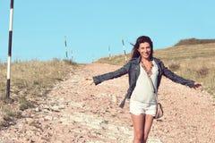 Chica joven en la calle en un día ventoso en la montaña Imagenes de archivo