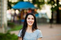 Chica joven en la calle imagen de archivo libre de regalías