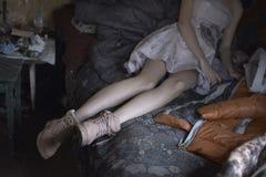 Chica joven en la cama en la moda hermosa del vestido imagen de archivo libre de regalías
