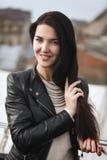 Chica joven en la chaqueta de cuero y el jersey blanco Fotografía de archivo libre de regalías