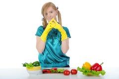 Chica joven en la cocina con los guantes de goma Fotografía de archivo libre de regalías