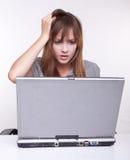 Chica joven en la computadora portátil Fotos de archivo