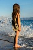 Chica joven en la costa de mar Fotografía de archivo