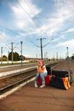 Chica joven en la estación de tren Fotografía de archivo