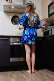 Chica joven en la estufa Imagen de archivo libre de regalías