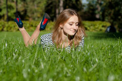 Chica joven en la hierba Fotografía de archivo