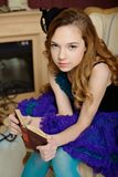 Chica joven en la imagen de Alicia en el país de las maravillas fotos de archivo libres de regalías