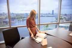 Chica joven en la oficina fotos de archivo