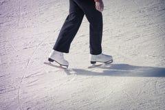 Chica joven en la pista de hielo Foto de archivo libre de regalías