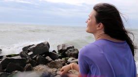 Chica joven en la playa almacen de metraje de vídeo