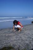 Chica joven en la playa Fotos de archivo