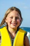 Chica joven en la playa con el pelo mojado Fotos de archivo libres de regalías