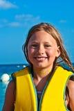 Chica joven en la playa con mojado Imágenes de archivo libres de regalías