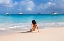 Chica joven en la playa de Seychelles imagen de archivo
