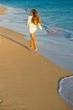 Chica joven en la playa en la puesta del sol Fotografía de archivo libre de regalías