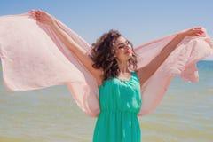 Chica joven en la playa en verano con una bufanda del vuelo Fotografía de archivo libre de regalías