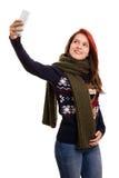 Chica joven en la ropa del invierno que hace un selfie Fotos de archivo libres de regalías