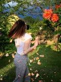 Chica joven en la rosaleda imagen de archivo libre de regalías