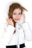 Chica joven en la sonrisa de la ropa del invierno Fotos de archivo