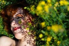 Chica joven en las flores fotografía de archivo libre de regalías
