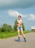 Chica joven en las láminas del rodillo Imagen de archivo libre de regalías