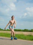 Chica joven en las láminas del rodillo Fotografía de archivo