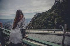 Chica joven en las montañas Imágenes de archivo libres de regalías