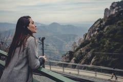 Chica joven en las montañas Imagen de archivo