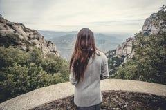 Chica joven en las montañas Fotos de archivo