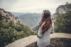 Chica joven en las montañas Fotografía de archivo libre de regalías