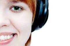 Chica joven en los teléfonos principales Fotografía de archivo