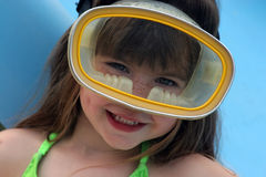 Chica joven en máscara de la zambullida Imagenes de archivo