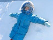Chica joven en nieve imagenes de archivo
