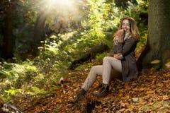 Chica joven en paisaje del otoño Imagen de archivo libre de regalías