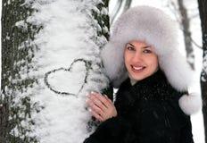 Chica joven en parque del invierno Fotos de archivo