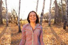 Chica joven en parque del otoño Imágenes de archivo libres de regalías