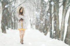 Chica joven en parque nevoso del invierno Imagen de archivo