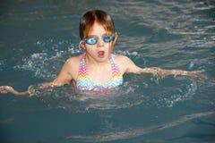 Chica joven en piscina Fotografía de archivo