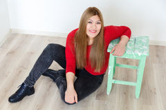Chica joven en rojo con el pelo sano marrón largo Fotos de archivo libres de regalías